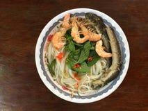Vietnamese cuisine- rijstnoedel die met garnalen en vissen wordt gekookt royalty-vrije stock foto's