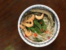 Vietnamese cuisine- rijstnoedel die met garnalen en vissen wordt gekookt royalty-vrije stock afbeelding