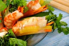 Vietnamese die broodjes met garnaal en groenten in rijstpapier dichte omhooggaand worden verpakt Stock Fotografie