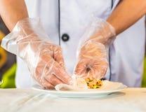 Vietnamese die rijstpannekoeken met groenten, Hanoi, Vietnam worden gevuld Close-up stock foto