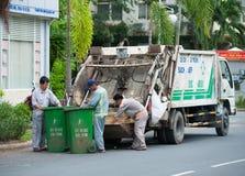 Vietnamese dustmen op het werk royalty-vrije stock fotografie