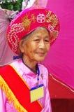 Vietnamese grootmoeder in Ao Dai Stock Foto's