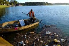 Vietnamese hygiënearbeider, vuilnis, water, verontreiniging royalty-vrije stock foto's