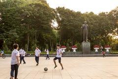 Vietnamese jonge geitjes die voetbal spelen Royalty-vrije Stock Afbeeldingen