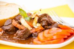 Vietnamese Keuken - Rundvleeshutspot met Stokbrood Stock Foto