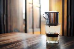 Vietnamese Koffie op Houten Lijst Traditionele Hete Dranken in Vietnam stock afbeelding