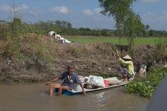 Vietnamese landbouwers op de Mekong Rivier Stock Fotografie