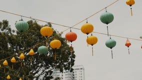 Vietnamese lantaarns die in de middag op Ho Chi Minh Street hangen stock footage