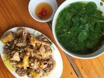 Vietnamese maaltijd met gebraden kip stock foto's