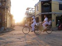 Vietnamese meisjes die fietsen berijden Stock Foto