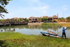 Vietnamese mens die op de rivier vissen Royalty-vrije Stock Afbeeldingen