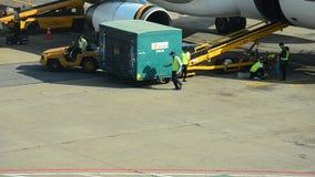 Vietnamese mensen die bagage laden om ruimte van vliegtuig op te slaan stock videobeelden