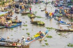 Vietnamese mensen op boot bij het drijven van Nga Nam markt in de ochtend Stock Fotografie