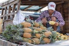 Vietnamese Mensen Verkopende Ananas stock foto