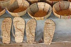 Vietnamese met de hand gemaakte manden, schoenen van Waterhyacint stock fotografie