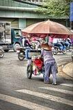 Vietnamese oude vrouwen die een karretje duwen Stock Fotografie