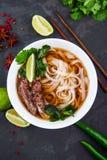 Vietnamese Pho noedelsoep Rundvlees met Spaanse pepers, Basilicum, Rijstnoedel stock fotografie
