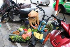 Vietnamese plantaardige verkoper met manden Stock Afbeeldingen