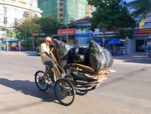 Vietnamese riksja in stadsstraat stock afbeelding