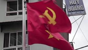 Vietnamese staat en Communistische partijvlaggen stock videobeelden