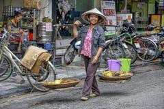 Vietnamese straatventer in Hanoi Stock Fotografie