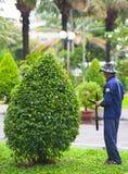 Vietnamese tuinman op het werk Royalty-vrije Stock Afbeeldingen
