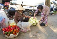 Vietnamese verkopers die fruit en groenten verkopen Stock Foto's
