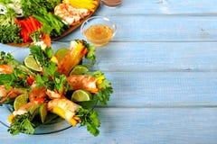 Vietnamese verse die de lentebroodjes in rijstpapier met ingrediënten worden verpakt Royalty-vrije Stock Afbeeldingen
