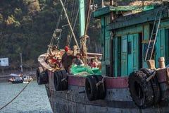 Vietnamese vissers in Halong-Baai Royalty-vrije Stock Foto's