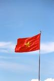 Vietnamese vlag duidelijke blauwe hemel Stock Afbeelding