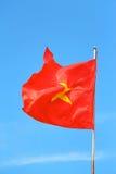 Vietnamese vlag duidelijke blauwe hemel Stock Afbeeldingen
