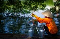 Vietnamese Vrouw bij het meer van Hoan Kiem Stock Fotografie
