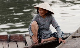 Vietnamese vrouw in boot stock fotografie