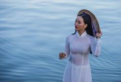 Vietnamese vrouw met Ao Dai kleding stock fotografie