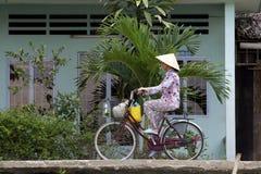 Vietnamese Vrouw op Fiets Royalty-vrije Stock Foto's