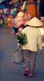 Vietnamese vrouwen dragende zak royalty-vrije stock foto