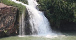 Vietnamese waterval in de wildernis stock video