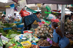 Vietnamese woman is selling fruits and vegetables Royalty Free Stock Photos