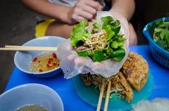 Vietnamese xeo van Bahn van het straatvoedsel of het sissen van cake stock afbeeldingen