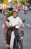 Vietnamesische ältere Paare mit Anlagen des grünen Pfeffers Lizenzfreies Stockbild