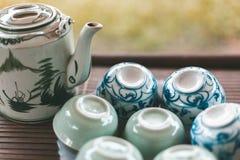 Vietnamesische Art-Teekanne und Tassen Tee stockfoto