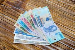 Vietnamesische Banknoten: 1000, 2000, 5000, 10000, 20000, 50000, 100000, 200000 und 500000 Vietnam-Dong VND auf dem Tisch Lizenzfreies Stockbild