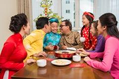 Vietnamesische Familie, die Tet feiert stockbild