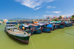 Vietnamesische Fischerboote im Hafen Stockfotografie