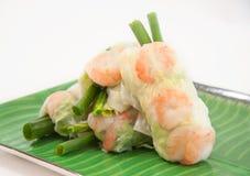 Vietnamesische Frühlingsrollen mit Kopfsalat, Minze, Garnele und Suppennudeln stockbilder