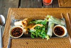 Vietnamesische Frühlingsrollen und -gemüse Stockfotografie