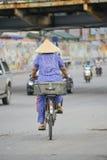 Vietnamesische Frau auf einem Fahrrad Lizenzfreie Stockfotos