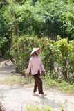 Vietnamesische Frau, die an der Landschaft geht Lizenzfreies Stockbild
