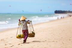 Vietnamesische Frau, die Früchte an Mui Ne-Strand verkauft vietnam Stockfotografie