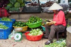 Vietnamesische Frau, die Gemüse verkauft Stockfotografie